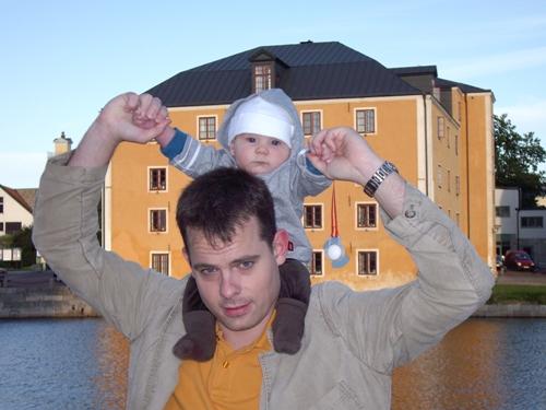 Carl och Pappa framför huset där vi bor på Stumholmen!