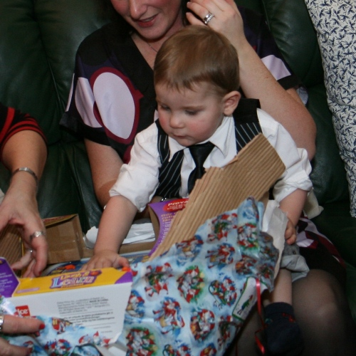 Carl orkar inte öppna alla paket!