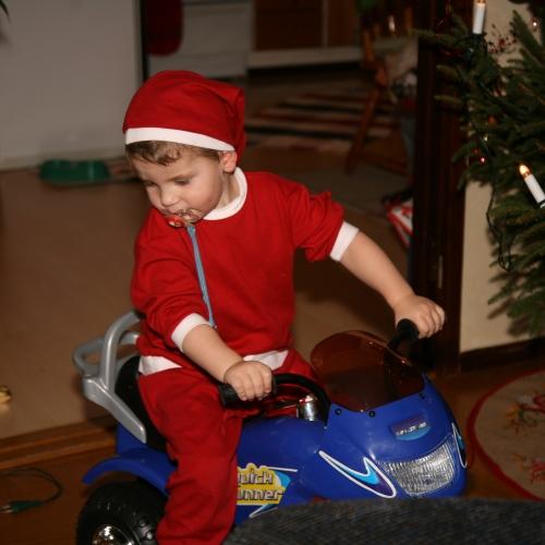 Carl provar motorcyklen