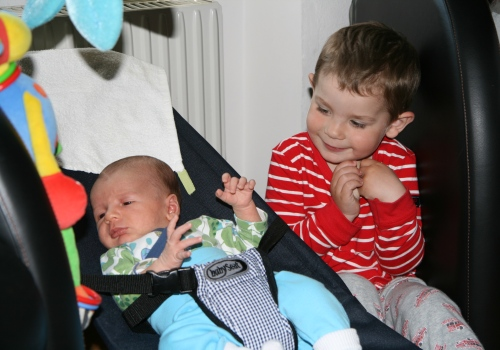 Carl bredvid sin Lillebror