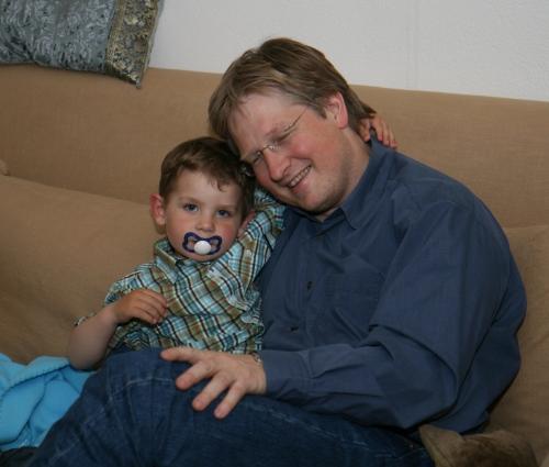 Carl ger Simon en bamsekram