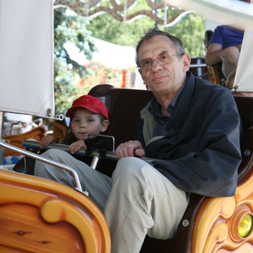 Carl sitter brevid Farfar