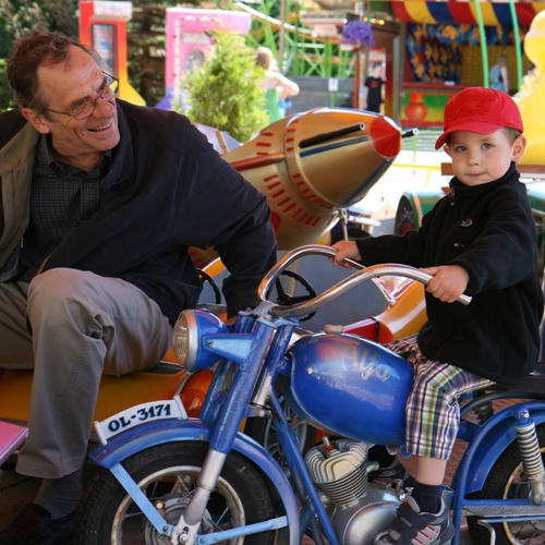 Carl kör motorcykel
