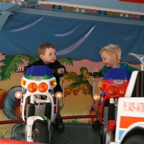 Carl kör sportmotorcykel