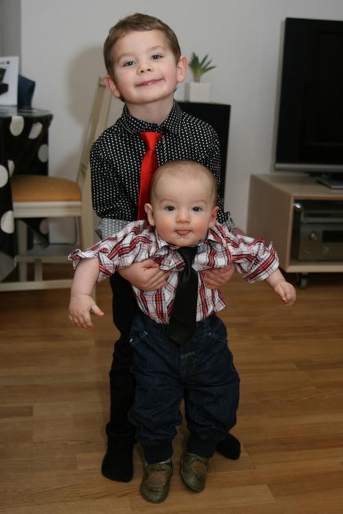 Carl hjälper Mamma med att lyfta Sven!