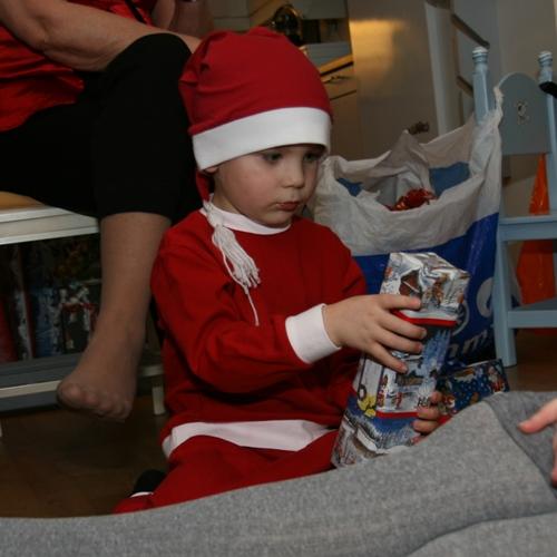 Carl gillar julafton och paket!