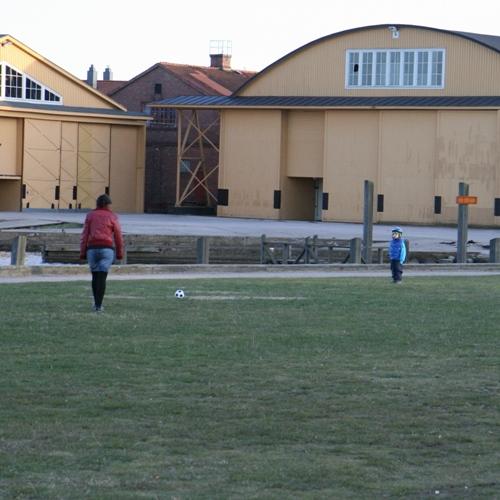 Carl spelar fotboll!