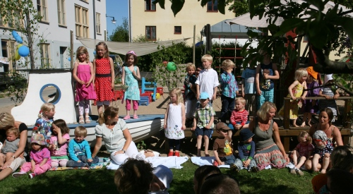 Alla barnen och fröknarna sjunger Idas sommarvisa!