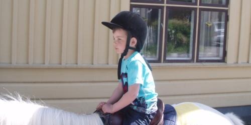 Carl rider väldigt koncentrerar och håller hårt i tyglarna.