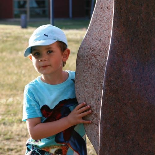 Carl gillar skulpurerna som finns på Stumholmens badplats!