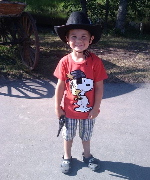En mycket nöjd Carl med Cowboy revolver med hölster och Cowboy hatt!