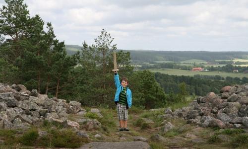 Långt upp på berget i Vitlycke mellan två stenhögar-gravar poserar Carl!
