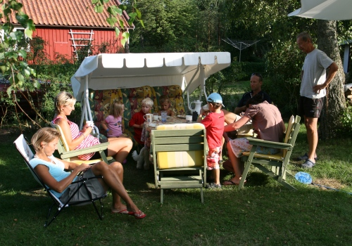 Fikapause hos familjer Lindbladh på Ekenäs utanför Kalmar.
