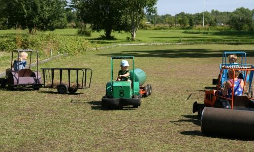 Carl kör traktor med släp!