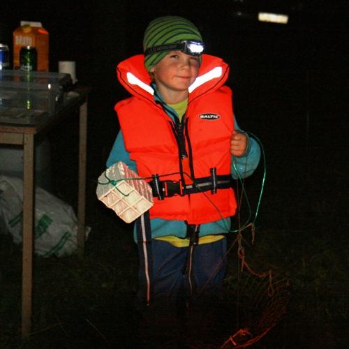 Carl klädd för för kräftfiske som Carl tyckte var riktigt kul!