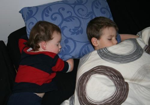Carl och Sven sover gott i mammas säng när hon är i Stockholm!